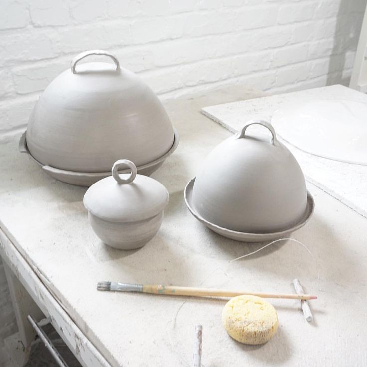 Molly Sanyour (@mollysanyourceramics) op Instagram: 'A few casserole dishes and a sugar dish for my dinner ware set! 😊'