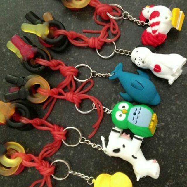 Hoe leuk en lekker is dit?..... Sleutelhangers met drop/fruit sleutels en snoepveters. Leuk als trak - zelftraktatiesmaken