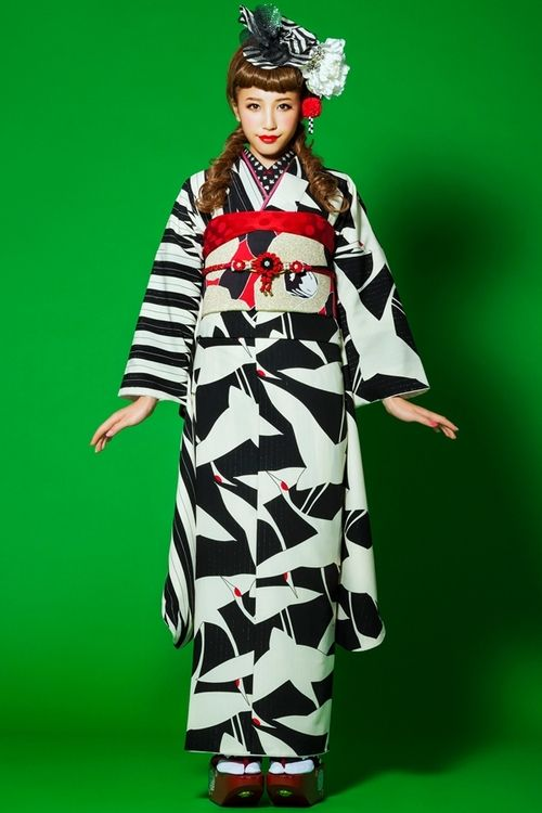 Takahashi Mari 高橋茉莉 (JELLY model) for Princess kimono プリンセス振袖 collection - Retro white/black pattern - 2014 Source : Takazen