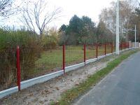 Clôture rigide panneaux soudés rouge basque sur dalle de soubassement. #cloture #panneausoude