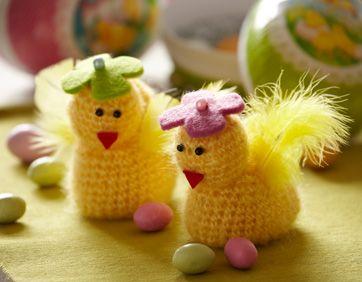 Hvem kan stå for disse to dunede kyllinger med blomsterhatte på hovedet?