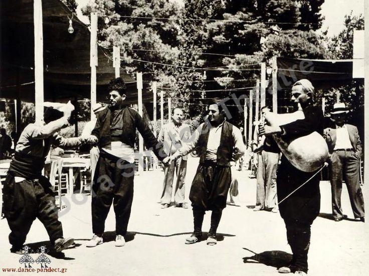 Χορευτές από το Καβακλί Βόρειας Θράκης, τώρα στα Γιαννιτσά. Χορός με γκάιντα