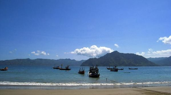 Kalau singgah ke Trenggalek, jangan lewatkan mengunjungi pantai Prigi yang elok rupawan ini.