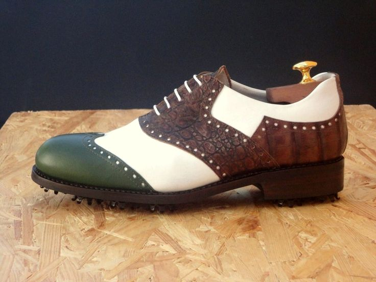 Royal County Down #scarpe da #golf  realizzate in vitello. Sono caratterizzate da diverdi tipi di colorazione verde, bianco e marrone