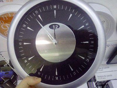 Você sempre fica com dúvida quando lê seu relógio de ponteiro? Não? Lógico que não! Você é normal, caro leitor!