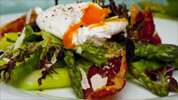 Aspargessalat med posjert egg og sprø skinke