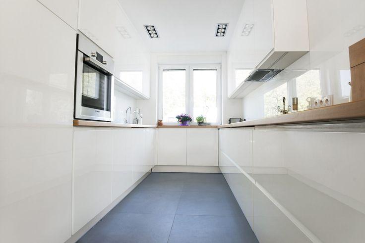 Meble na wymiar Katowice / Mysłowice  biała kuchnia nowoczesna , drewnopodobny blat , Egger , wąska kuchnia, minimalizm , rozwiązania , total white , wnętrza , szerokie szuflady , Blum , klasyczne , proste , elegancka , biały lakier , meble na wymiar