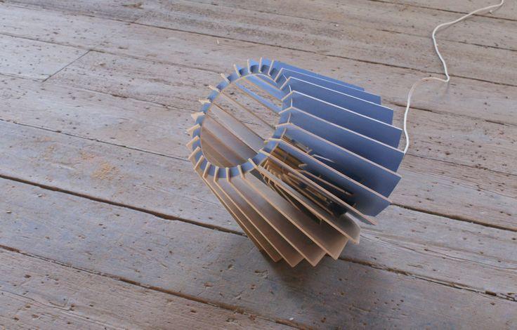 Gimmii Magazine I CP40 vloerlamp of tafellamp van Van Tjalle & Jasper. Lees meer  over spel van schaduw en licht, de werkwijze van dit ontwerpduo en de hangende variant http://www.gimmii.nl/keuken/cp40-hanglamp-vloerlamp-tafellamp/ #hout #verlichting