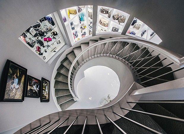 A escada em espiral dá acesso aos três andares repletos de itens de grife (Foto: Chinh Phan/Neiman Marcus)