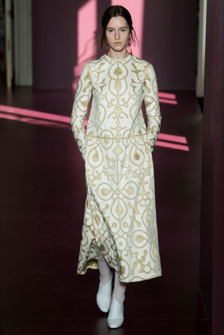 Guarda la sfilata di moda Valentino a Parigi e scopri la collezione di abiti e accessori per la stagione Alta Moda Autunno-Inverno 2017-18.