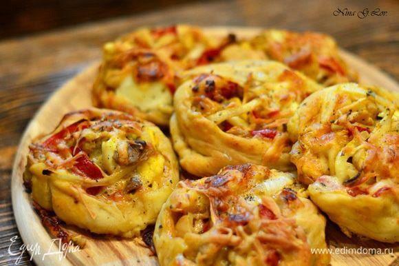 Пицца-ролл с очень вкусной начинкой Что может быть вкуснее ароматной домашней пиццы с аппетитной начинкой?! Оригинальная формовка блюда и порционная подача понравится всем домашним и вашим гостям. Выпекайте пиццу-роллы 30 минут и подавайте к столу горячей. #готовимдома #едимдома #кулинария #домашняяеда #пицца #роллы #начинка #вкусная #выпечка #домашняя #аппетитно #длявсейсемьи