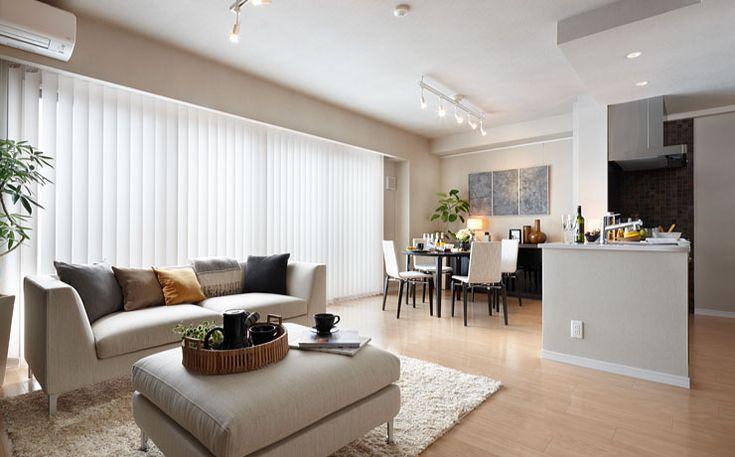 空間を独立させて家具をレイアウトした横長リビングの実例。
