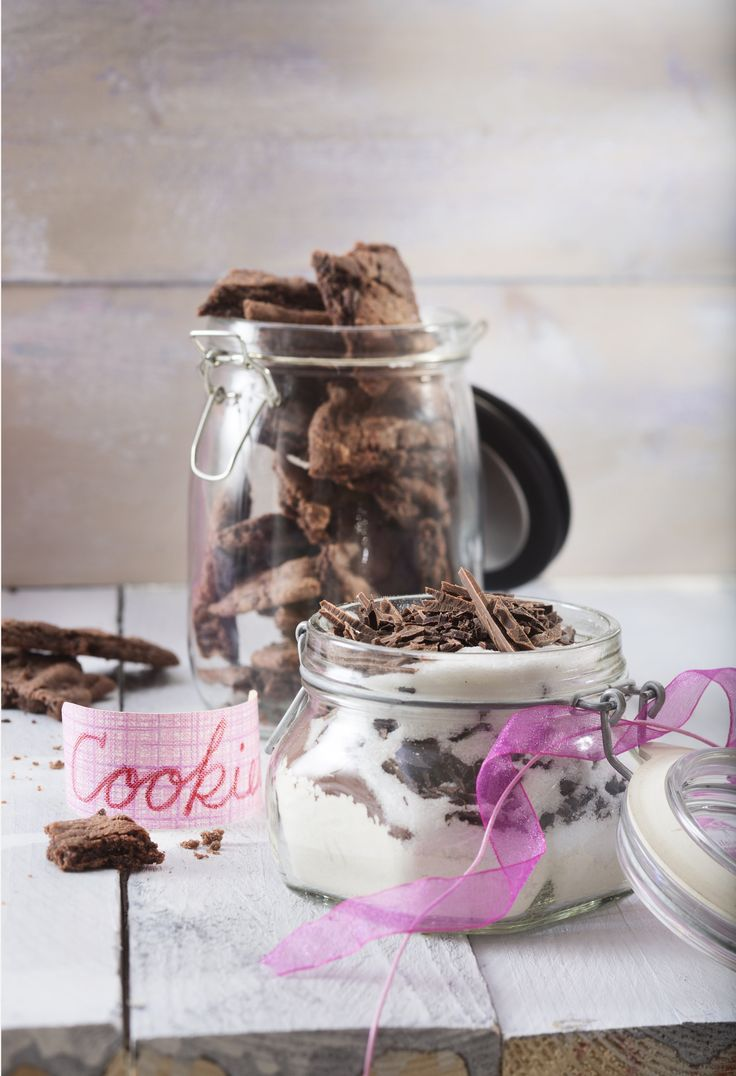 Rapeat, mutta samalla mehevät suklaacookiet leivotaan tankoina ja leikataan viipaleiksi. Cookiet on helppo leipoa kun taikina on saanut levätä kylmässä. Tämäkin resepti vain n. 0,10€/annos*.