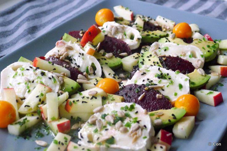 Bietensalade met avocado en geitenkaas in plaats van diepvriespizza. Sneller klaar, koolhydraatarm, en veel gezonder ~ minder koolhydraten, maximale smaak ~ www.con-serveert.nl #lowcarb #koolhydraatarm #tarwevrij #glutenvrij #gf #vegetarisch #zolekkerkanhetook #bietensalade #avocado #geitenkaas