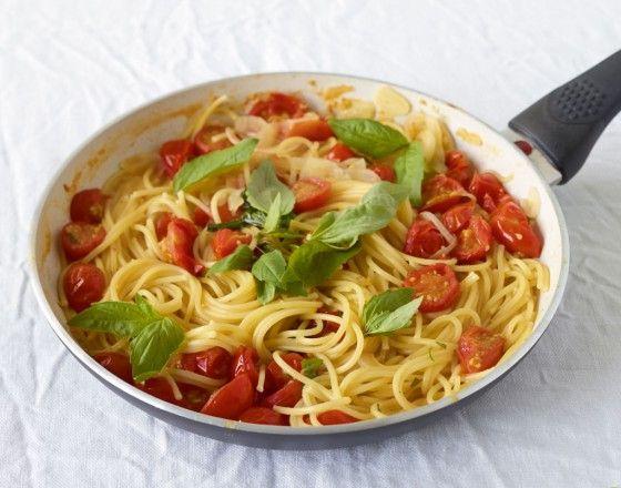 Pfannen- Pasta: Alles - sogar die Nudeln - kommen roh in die Pfanne und garen gemeinsam. Ein cleverer Genuss mit Tomaten, Knoblauch und Basilikum.