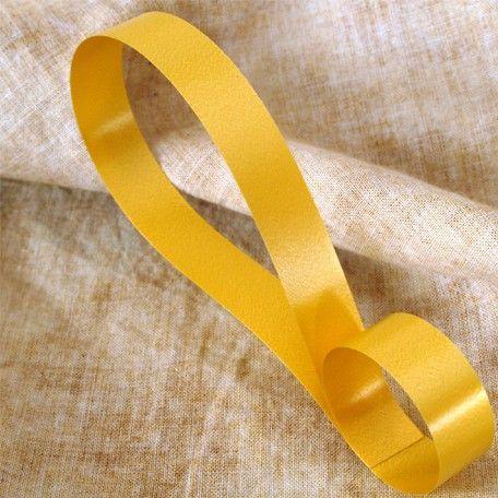 Cinta decorativa lisa color oro, disponible en 4 anchos. Riza fácilmente con las tijeras o un rizador.