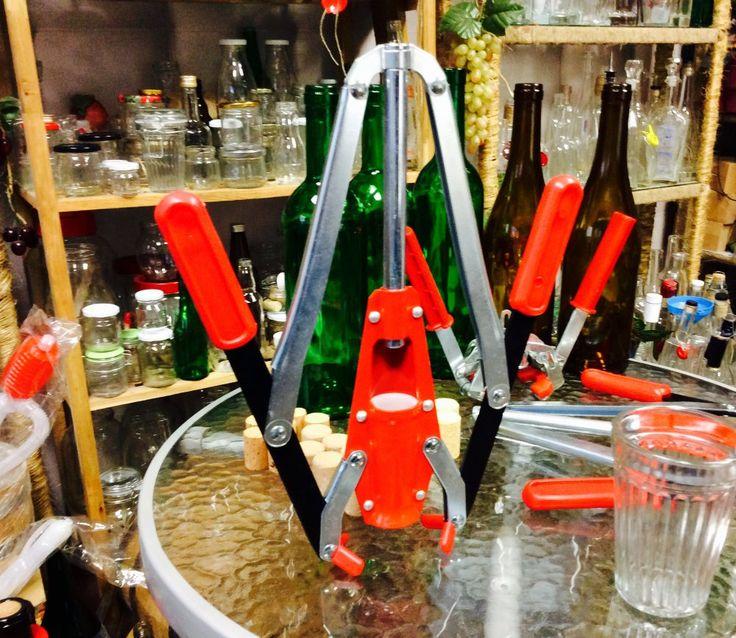 Чем закупорить бутылку? Тот, чье хобби - домашнее виноделие знает, после того как дрожжи превратят виноградный сок в вино  http://privatnamarka.com/category/domashnee-vinodelije/  наступает пора разлить вино по стеклянным бутылкам  и закупорить корковой пробкой  http://privatnamarka.com/category/domashnee-vinodelije/oborudovanie-dlja-vinodelija/ukuporka-butylok/  https://www.youtube.com/watch?v=cqvEiCRKbBY&index=2&list=PLyZDWZbtb6lT6LpKMyag_DUcsRVdgPjmd