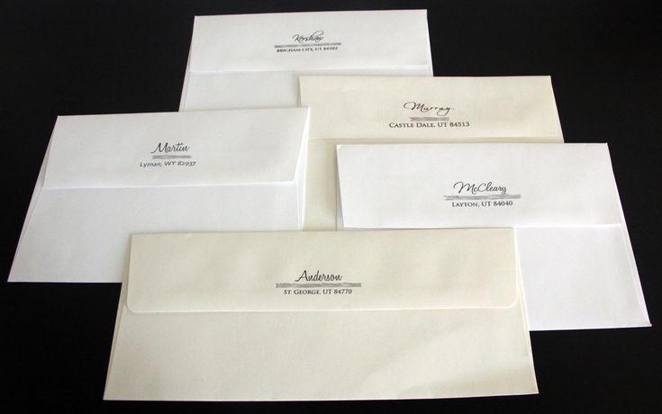 amplop putih untuk kartu undangan pernikahan yang elegan dengan tema putih