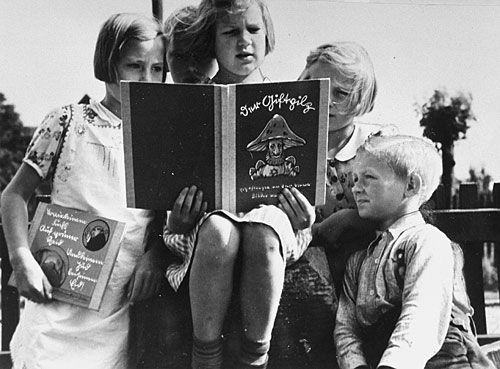 Advertizing image of German children reading an antisemitic schoolbook, Der Giftpilz (The Poisonous Mushroom).