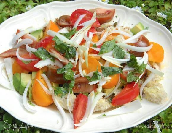 Летний салат с помидорами и хлебом . Ингредиенты: хлеб, авокадо, помидоры желтые