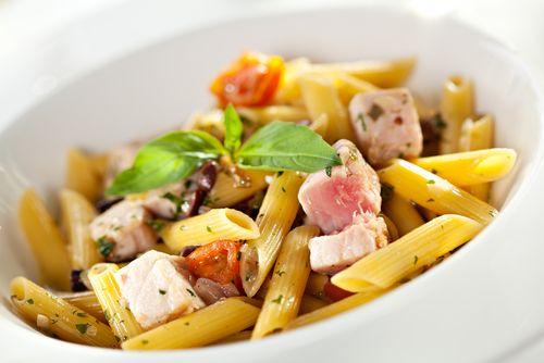Το βραδινό σου γεύμα είναι μια δροσερή σαλάτα με ζυμαρικά και τόνο - http://ipop.gr/sintages/zimarika/to-vradino-sou-gevma-ine-mia-droseri-salata-me-zimarika-ke-tono/