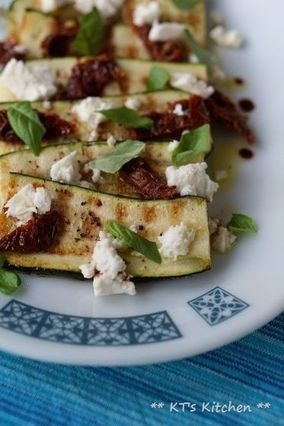 ズッキーニとドライトマト、フェタのサラダ|レシピブログ