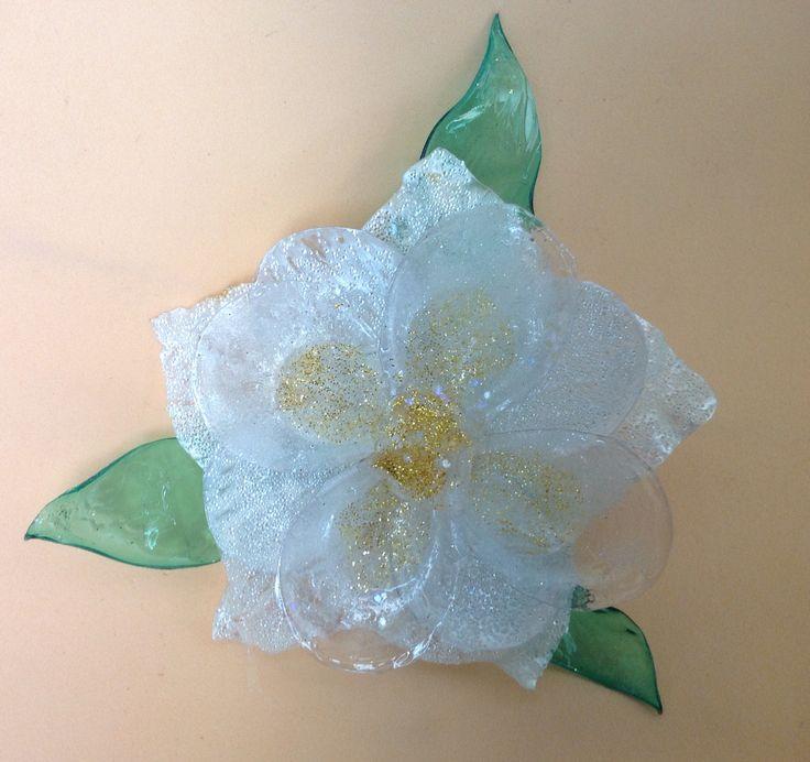 Fiore con bottiglie di plastica, prodotto effetto vetro, microsfere di vetro e glitter.