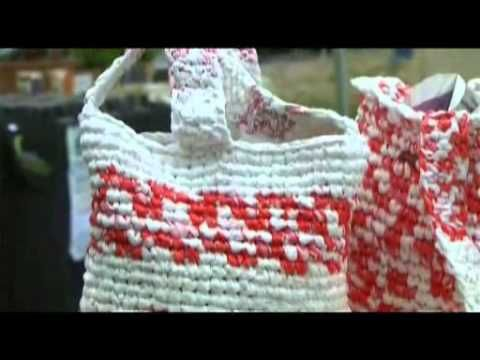 Definitivamente voy a tener que aprender a hacer ganchillo/crochet, ¡puedes tejer cualquier cosa! Incluidas tiras de tela o plástico como en este video.