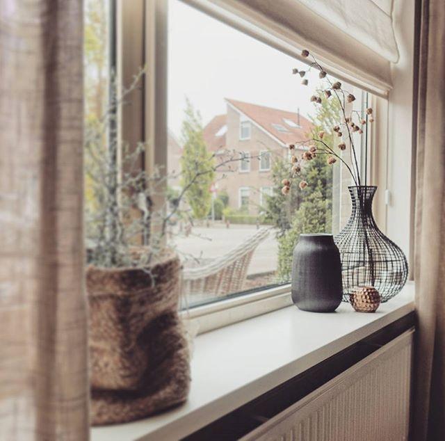 Dit weer maakt je creatief in huis... kan ik toch een beetje blij uit het raam kijken Top geholpen en geslaagd bij @mijnhus #raamdecoratie #vensterbank #home #cozy Nu eerst thee en een dekentje