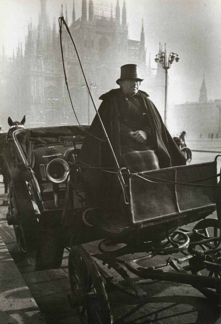 Alfred Eisenstaedt - A horse-drawn carriage waits for a fare near La Scala, Milan, 1934