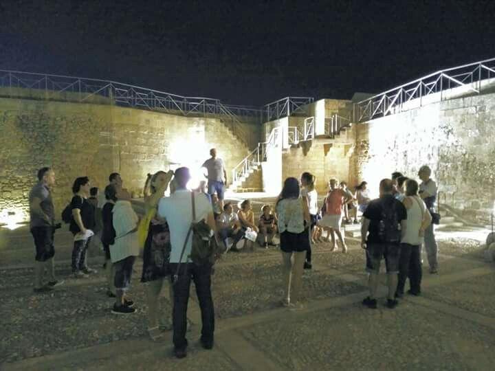 Últimos participantes de la visita con anfitrión a la #FortalezadelaMota de #AlcalálaReal. Aún puedes disfrutar de las #IntrigasenlaAbadía el próximo 25 de Agosto y #MisteriosdelaFortaleza el 26 de Agosto. Reserva ya en el 953 102 868. #tuhistoriaenverano