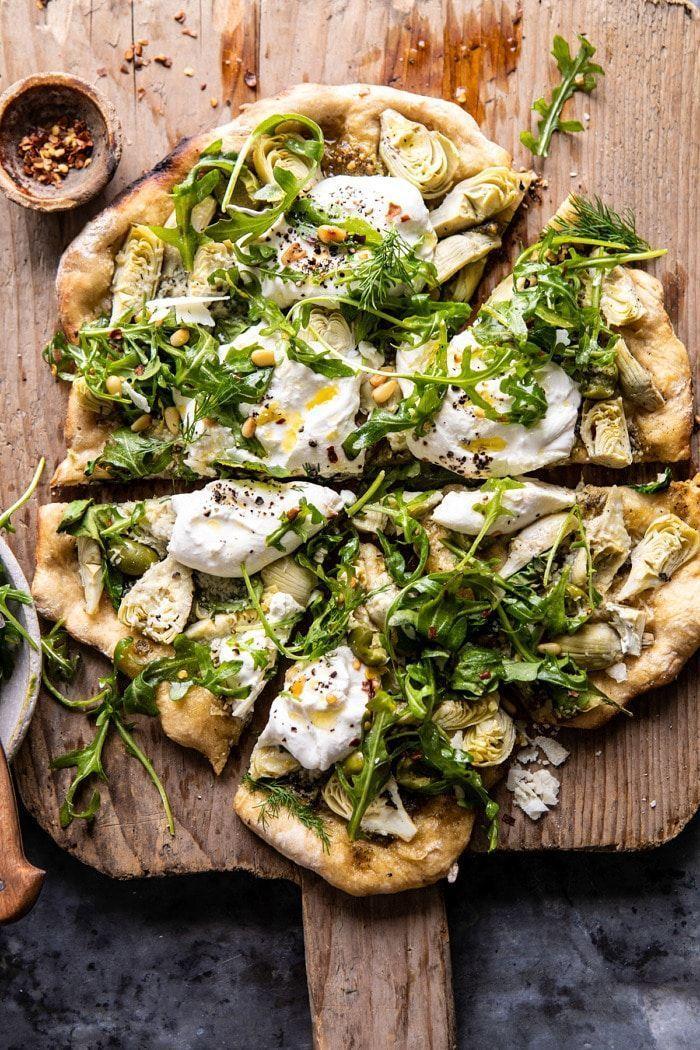 Artischocken-Pesto und Burrata-Pizza mit Zitronen-Rucola