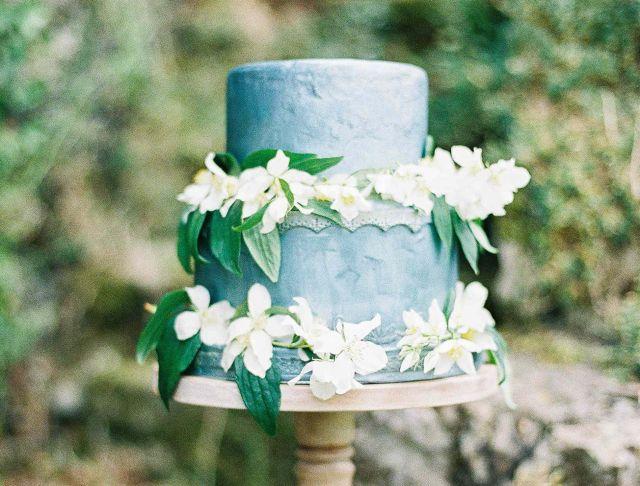 Prachtige kleur blauw versiert met te gekke witte bloemen #bruidstaart #kerst #winter #bruiloft #trouwen #inspiratie #wedding #cake #christmas #pie #inspiration Laat je inspireren: kerst bruidstaarten | ThePerfectWedding.nl | Fotocredit: D'Arcy Benincosa