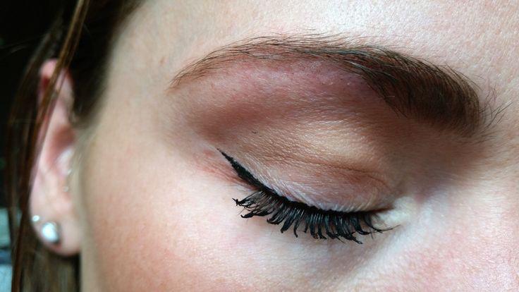 Een eyeliner aanbrengen is een veelvoorkomende dagelijkse struggle van ons vrouwen. #eyeliner #hack #diy