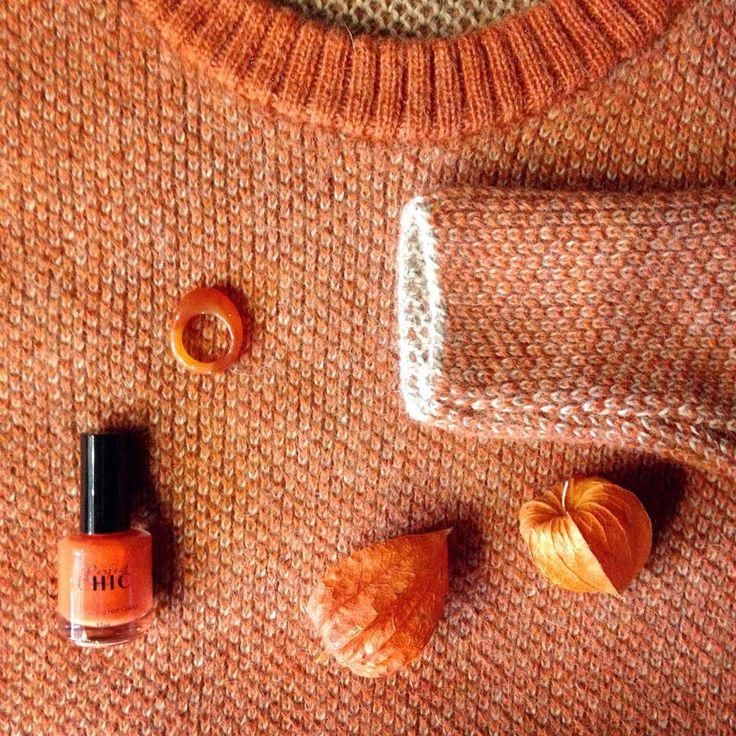 Het is herfst! Vier de herfst met deze prachtige pullover van Les Racines Du Ciel, een mooie oranje nagellak van Perfect Chic en een vintage natuurstenen ring. #ecofashion bij MHOOM