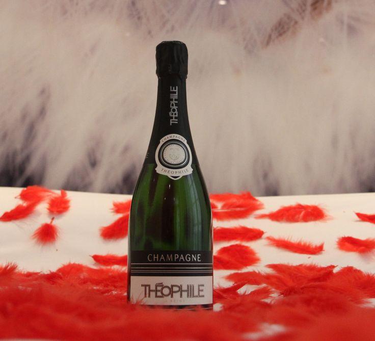 Love MI : la bouteille de champagne vous attend très sagement ... au frais . Les plumes,elles, vous attendent beaucoup moins sagement sur le lit ... www.mihotel.fr