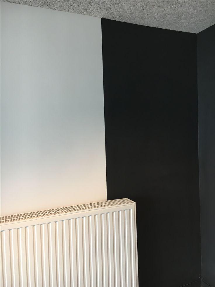 Lijn - Verwarming met hierboven een geschilderde muur. De kleuren van de muur verschillen heel hard en vormen hierdoor een duidelijke verticale lijn.