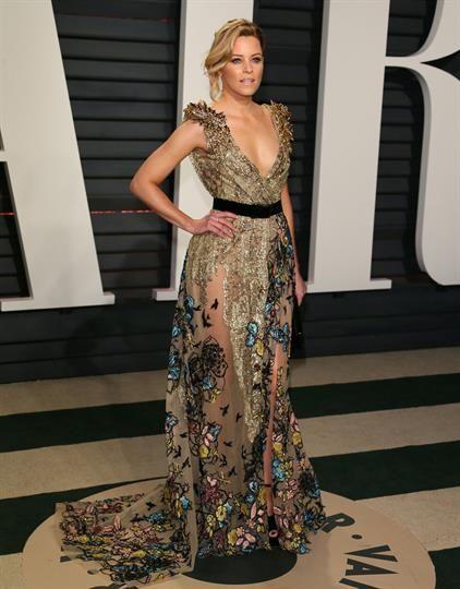 Elizabeth Banks deslumbró con un diseño dorado de Elie Saab con falda semi transparente y flores bordadas. Foto: AFP