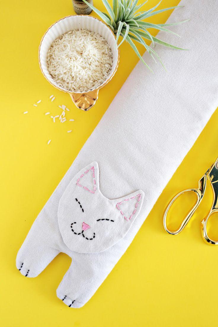 Kijk wat ik gevonden heb op Freubelweb.nl: een gratis patroon van A Beautful Mess om deze nekwarmer in de vorm van een kat te maken https://www.freubelweb.nl/freubel-zelf/zelf-maken-met-stof-hittepetit/