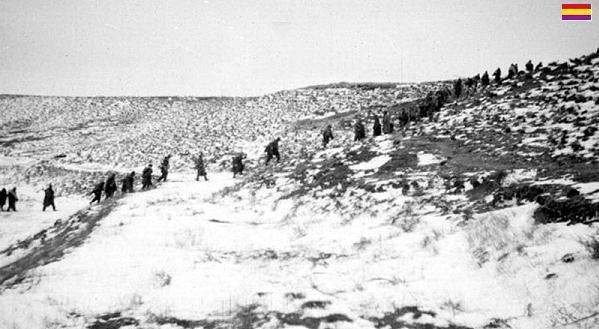 FRENTE DE TERUEL. El invierno del 37 al 38 en Teruel fue extremada -mente duro. Frecuentes fueron las amputaciones y las muertes ocasionadas por el frio en los dos bandos. Los soldados se congelaban durante la noche que pasaban a la intemperie. La única posibilidad de amanecer vivo era dormir en grupos de tres , uno en el centrony cubiertos con sus mantas a modo de tienda de campaña. El calor humano les permitió sobrevivir bajo un intenso frio siberiano. Se llegaron a -30 ºC,