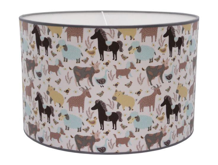 Hanglamp Boerderij Dieren Juul Design - Op deze mooie hanglamp van Juul Design staan allerlei verschillende boerderij dieren waaronder paarden, koeien, schapen, geiten en honden. Aan de andere zijde van de lamp een zeer fraaie witte stof met een relief van witte stippen. De kinderlamp is prachtig afgewerkt met gekleurde biezen. Een super leuke blikvanger voor in iedere kinderkamer. Ook verkrijgbaar als wandlamp met hetzelfde motief.