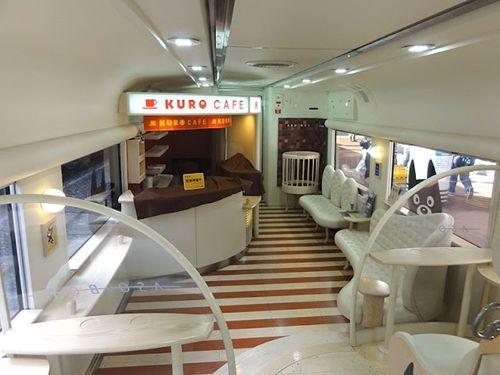 Tren JR Kyushu Boy Asō en Japón. Es un tren totalmente personalizado para viajar con los más pequeños. Todos sus vagones son diferentes y están inspirados en la mascota Kuro-Chan. El vehículo dispone de una cafetería con asientos mullidos, de una gran piscina de bolas para que jueguen y de compartimentos reservados para viajar con la familia.