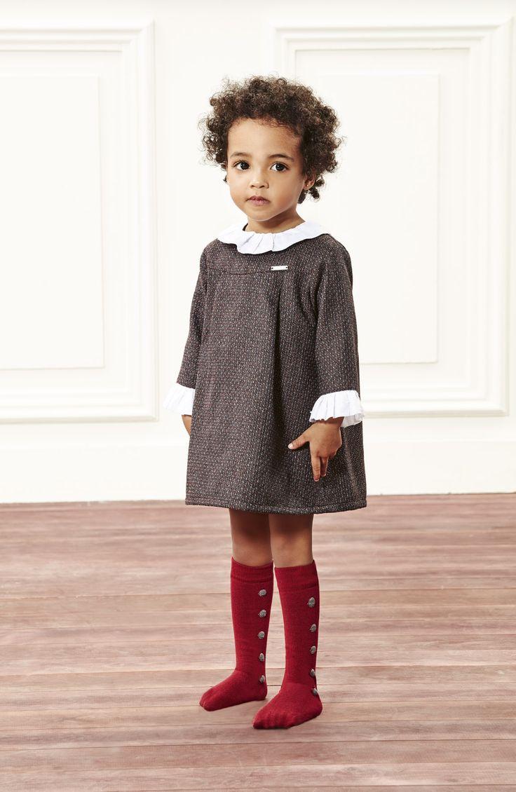 Vestido para bebé con calcetines altos de bodoques.