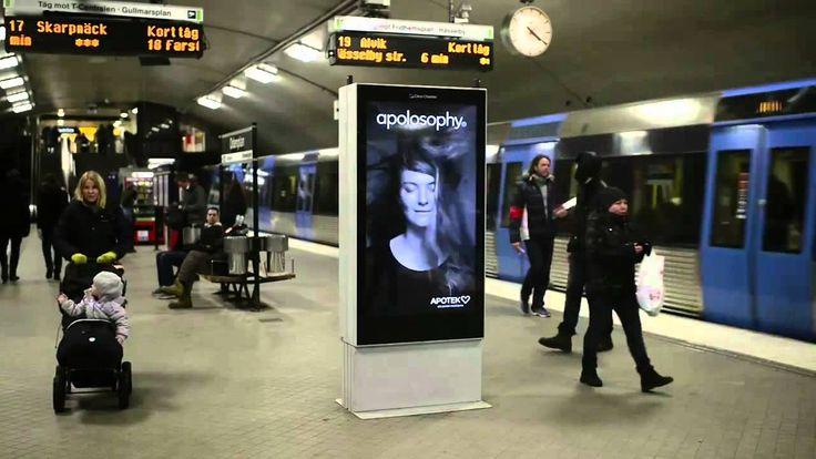 Anuncio Donde Se Mueve el Cabello de una Mujer Cuando Pasa el Tren Del M...