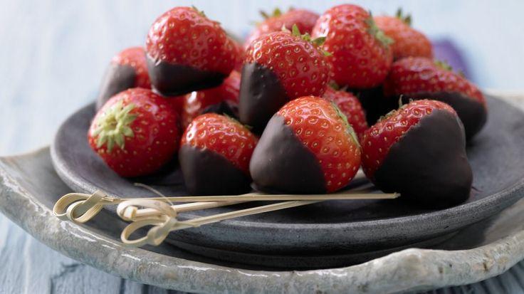 Unser Lieblingspaar: Schoko-Erdbeeren mit Kardamom | http://eatsmarter.de/rezepte/schoko-erdbeeren