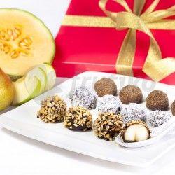 Bonboniéra Čokoládové koule vytvořená ze tří druhů ovoce namočeného v čokoládě posypaného oříšky, kokosem a skořicí přináší lahodné spojení čerstvého ovoce a kvalitní čokolády. Bonboniéra se skládá z ovocných koulí z jablek, hrušek a melounu kantalup. Standardní bonboniéra obsahuje 15 kousků ovoce v čokoládě velká 20 kousků. Neváhejte a ochutnejte, sladká jablíčka, hrušky a meloun v čokoládě Vám určitě zachutnají!