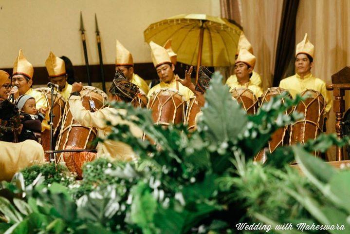 Inilah musik tradisional dalam upacara adat dan pernikahan adat Batak Mandailing Sumatra Utara, Gordang Sambilan (Sembilan) berupa kendang atau gordang yang ditabuh sembilan orang.