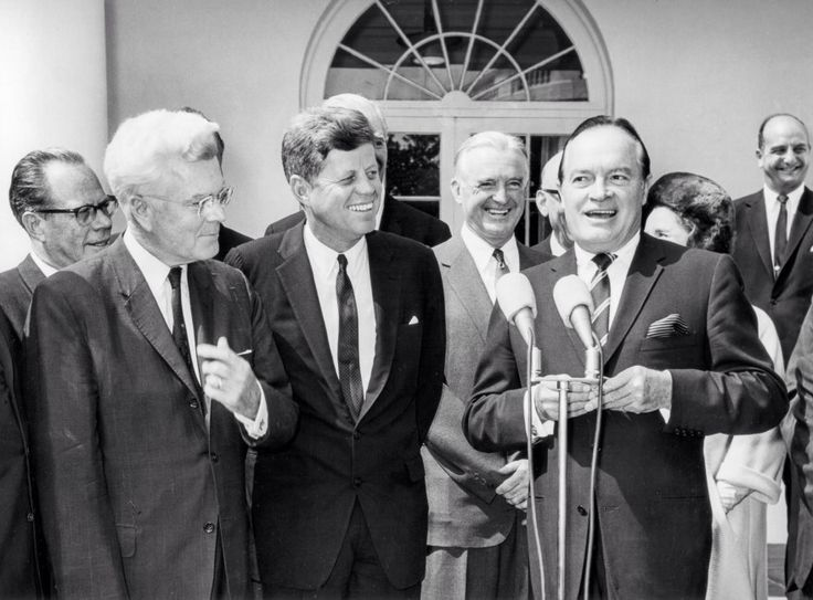 1963. 11 Septembre. By Abbie ROWE. John F. Kennedy presents congressional gold medal to entertainer, Bob Hope