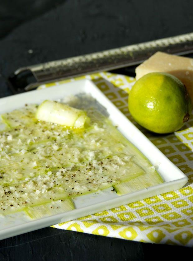 Courgette façon carpaccio ou carpaccio de courgettes... C'est 10 minutes en cuisine, 15 min au frais.... Une entrée, rapide, pas chère et Excellente ! Et ça tabasse, non ?