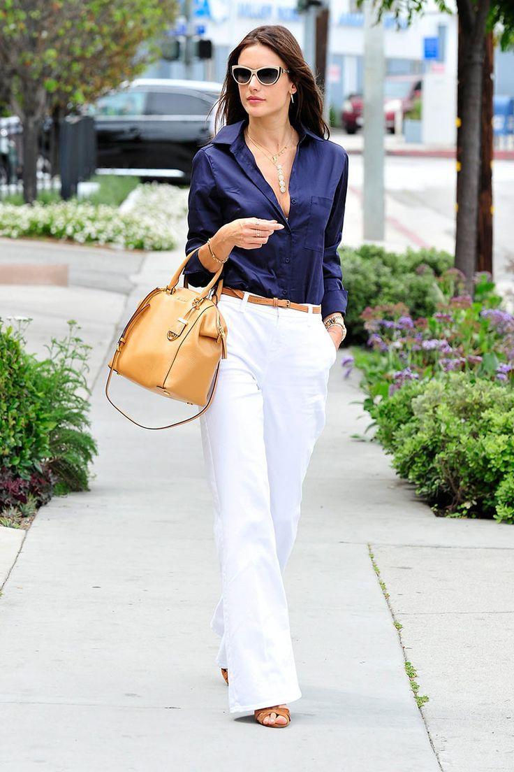 Blusa azul turquí con pantalón blanco, bolso y sandalias miel, divino.  OutfitsAzul